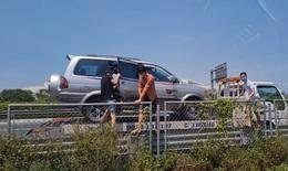 """Phạt nặng các đối tượng dùng xe cứu hộ """"thông chốt"""" kiểm soát y tế, đưa người vào Hà Nội"""