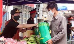 """Người nghèo rớm nước mắt khi đi """"chợ 0 đồng"""" tại Hà Nội"""