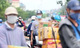 [Ảnh] Người dân đội nắng tiếp tế đồ vào khu phong tỏa hơn 23.000 dân giữa Thủ đô