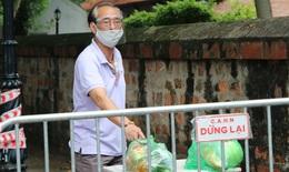 [Ảnh] Tiếp tế lương thực vào 2 phường đang cách ly với 21.000 nhân khẩu ở Hà Nội