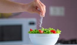 Muốn tránh nguy cơ tăng huyết áp, cần từ bỏ ngay 3 thói quen ăn uống có hại này
