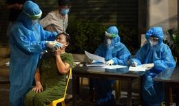 Trắng đêm lấy mẫu xét nghiệm cho người dân TP Vinh