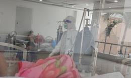 Xúc động y bác sĩ viết đơn xin tiếp tục ở lại bệnh viện dã chiến để điều trị bệnh nhân COVID-19