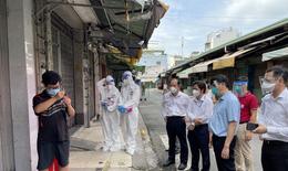 Bộ trưởng Nguyễn Thanh Long đưa túi thuốc và gói an sinh đến với người dân ở TP HCM