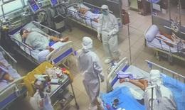 Khi bệnh nhân COVID-19 cần, thầy thuốc làm việc gấp đôi