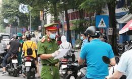 """Ngày đầu Hà Nội """"siết"""" giấy đi đường, chỉ nhắc nhở, chưa xử phạt"""