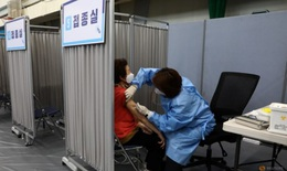 Hàn Quốc mở kho dự trữ vaccine COVID-19 để tiêm phòng cho tất cả người trên 18 tuổi