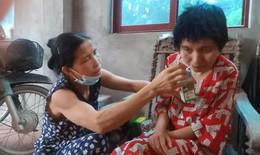 Gánh nặng đổ dồn lên vai người phụ nữ khi chồng, con lần lượt đổ bệnh