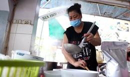 [Ảnh] Người Hà Nội xếp hàng mua phở, bún chả, sửa xe lúc 12h trưa tại 19 quận, huyện được nới lỏng