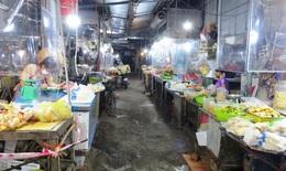 Chợ dân sinh đìu hiu sau ngày mở bán trở lại, tiểu thương 'ế hàng' ngồi xem phim