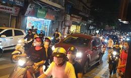 Hàng nghìn người đổ về hồ Gươm đêm Trung thu như chưa hề có dịch