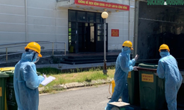 Công việc thầm lặng của những công nhân thu gom rác thải ở khu cách ly