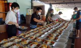 Mượn nhà hàng bạn thân nấu hàng nghìn suất cơm cho lực lượng chống dịch