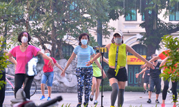 Vườn hoa, công viên nhộn nhịp trở lại trong ngày đầu tiên Hà Nội cho tập thể dục ngoài trời