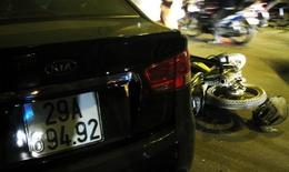 Dừng đèn đỏ, 6 người bị 'xe điên' tông nhập viện
