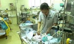 Bé sơ sinh văng khỏi bụng mẹ bất ngờ thở máy trở lại