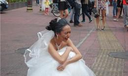 """""""Bà cụ 70"""" oà khóc vì bị ruồng bỏ trong buổi chụp ảnh cưới"""