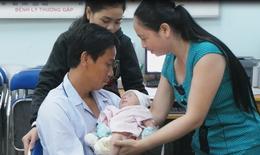 Vụ bé sơ sinh văng khỏi bụng mẹ: Nghẹn ngào giây phút cha gặp con