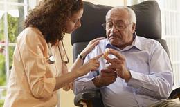 Người cao tuổi dùng thuốc kháng sinh thế nào?