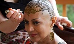 Làm đẹp cho bệnh nhân ung thư bằng hình xăm trên đầu