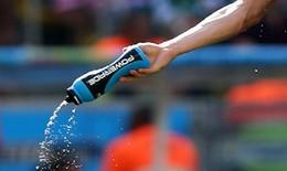 Cổ động viên cho cầu thủ uống nước... tiểu