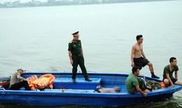 Gặp mưa giông, 2 người chèo thuyền kayak chết đuối trên Hồ Tây