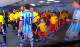 Messi từ chối bắt tay một cổ động viên nhí