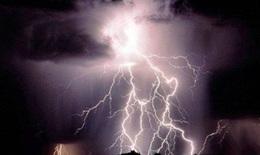 Nghe điện thoại di động lúc mưa giông, 7 người bị sét đánh