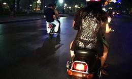 """Sự thật gây shock về bức ảnh thiếu nữ """"lộ nội y"""" giữa phố Hà Nội"""