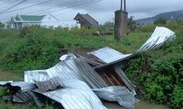 Lốc xoáy trong đêm, nhiều nhà dân bị tốc mái