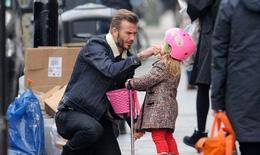 Mềm tim ngắm Beckham chăm con gái