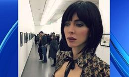 Sốc với nghệ sỹ khỏa thân dạo giữa triển lãm