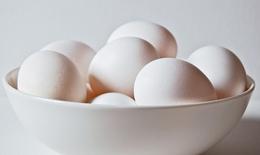 Cách phân biệt trứng gà mới và cũ