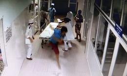 Hải Phòng: Đang nằm trên cáng bệnh nhân vẫn vùng dậy đánh bác sĩ