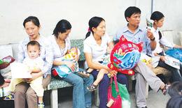 Nắng nóng, bệnh viện đông nghịt bệnh nhân