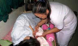 Trẻ không bú sữa mẹ dễ mắc bệnh đường tiêu hoá, hô hấp