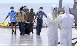Các thợ lặn lần đầu tiên vào được bên trong thân máy bay QZ8501