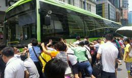 Đám đông đẩy xe buýt giải cứu bà lão bị kẹt