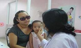 Có nên đeo kính râm khi bị đau mắt đỏ?