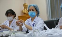 """Cán bộ điều dưỡng, """"ong thợ"""" cần mẫn bên người bệnh"""