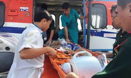 Điều trực thăng đưa hai ngư dân bị nạn ở Trường Sa vào đất liền cấp cứu