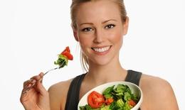Ăn nhiều rau xanh và trái cây giúp phòng bệnh đục thủy tinh thể