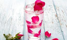 Uống nước hoa hồng ngăn ngừa nếp nhăn, cho làn da căng mọng