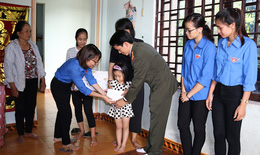Đỡ đầu cho học sinh có hoàn cảnh khó khăn ở thôn Dinh Mười, Quảng Bình