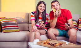 Lý do bạn không nên xem tivi khi ăn cơm