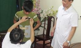 13 học sinh được mặc áo nắn chỉnh cong vẹo cột sống