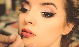 Cách làm kẻ mắt eyeliner từ sáp ong, dầu dừa & than hoạt tính