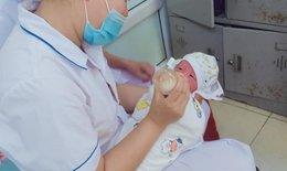 Phát hiện bé trai sơ sinh nằm trong bọc tã lót ở ven đường ở Yên Bái