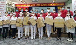 Trao 250 suất quà cho các y, bác sĩ, tình nguyện viên tiêu biểu tại các Hội Chữ thập đỏ