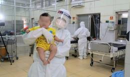 """Những """"bảo mẫu"""" đặc biệt trong bệnh viện điều trị COVID-19"""